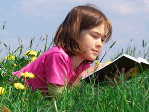 Как заставить ребенка читать летом?